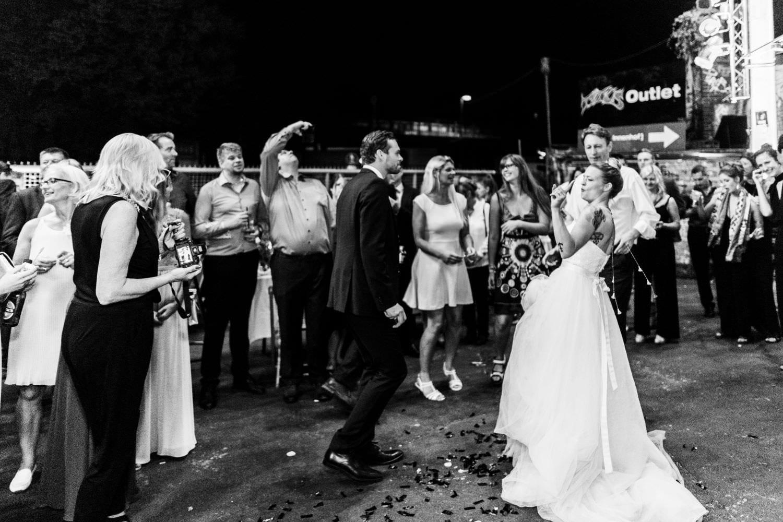 Braut und Bräutigam beim Hochzeitstanz auf dem Platz vor dem Skaters Palace im Südviertel zmgeben von Hochzeitsgästen