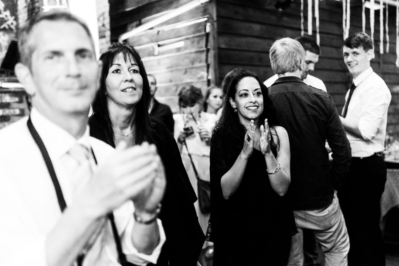 Gäste klatschen begeistert bei Hochzeitsfeier im Skaters Palace in Münster