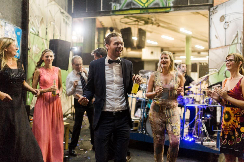 Tanzender Bräutigam mit Fliege bei Hochzeitsfeier vor dem Skaters Palace in Münster