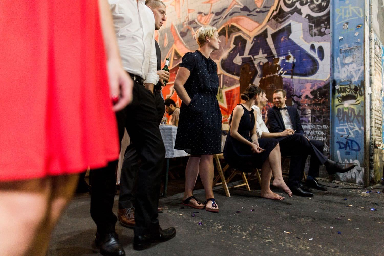 Gäste warten bei Hochzeitsfeier im Skaters Palace in Münster auf den Eröffnungstanz