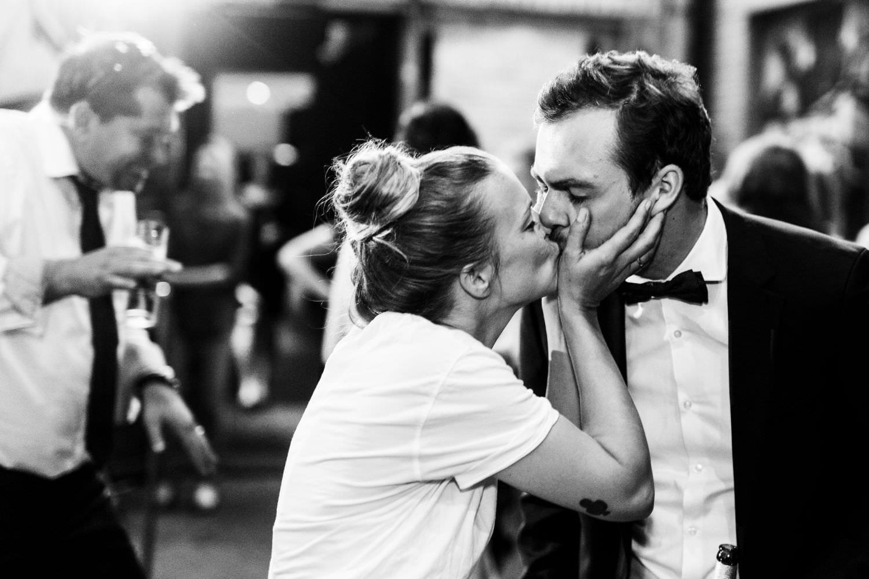 Brautpaar küsst sich auf der Tanzfläche bei Hochzeitsfeier im Skaters Palace in Münster