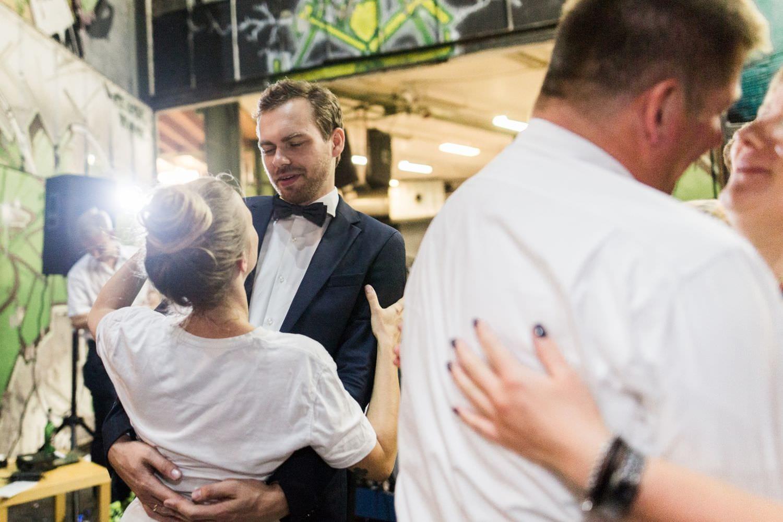 Tanzendes Brautpaar bei Hochzeit im Skaters Palace in Münster