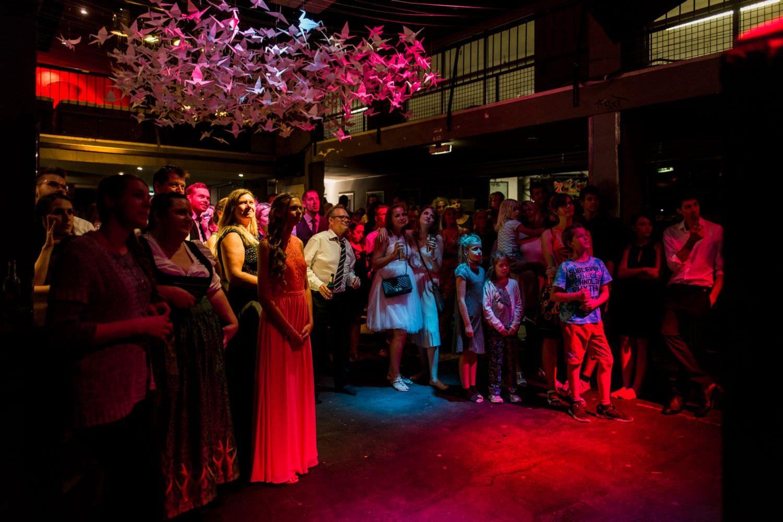 Hochzeitsgäste auf Tanzfläche unter 100 Kranichen bei Hochzeit im Skaters Palace in Münster