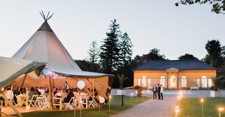 Tipi Zelt mit Hochzeitsgästen bei Hochzeitsfeier an der Orangerie von Schloss Glücksburg bei Flensburg