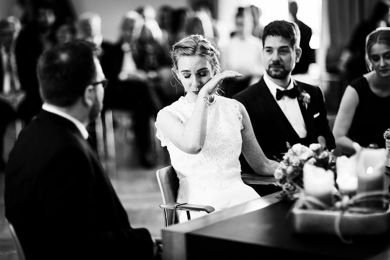Weinende Braut bei standesamtlicher Trauung im Standesamt in Münster